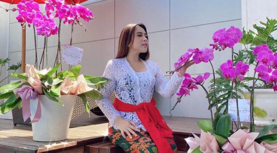 Sumbang Ribuan Paket Sembako, Coba Intip Siapa Wanita Cantik asal Gianyar Ini